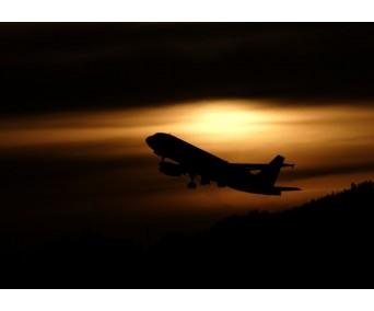 Avión despegando al atardecer